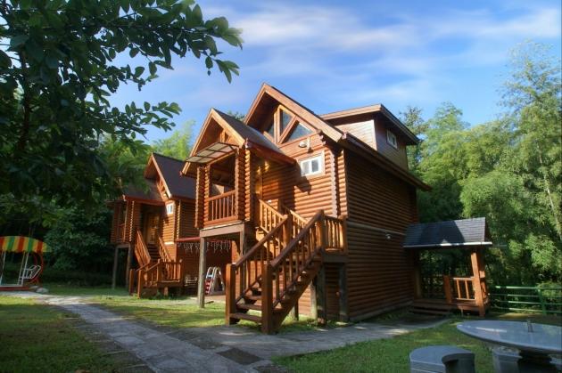 小木屋四周竹林围绕,前房还有庭院供旅客休憩,环境幽美,彷佛世外